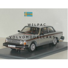 Volvo 242 GT 240 1978 zilvergrijs met. Neo 1:43