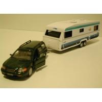 Volvo V70 2000 donkergroen metallic + Polar Caravan Cararama 1:43